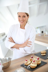 Une vedette qui joue le rôle d'une chef cuisinière
