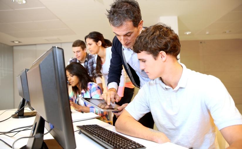 Stages, formations d'apprenti et alternance travail-étude : 3 solutions  pour offrir une sécurité d'emploi auxétudiants