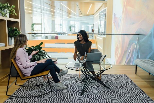 deux femmes sur des chaises
