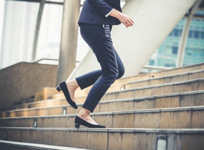 femme monter les escaliers