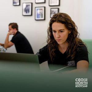 Olivia qui travaille sur son ordinateur