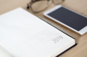 Bureau sur lequel est posé un agenda 2019