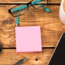 Papier sur le bureau, stylo, téléphone intelligent, lunette, café et calculatrice