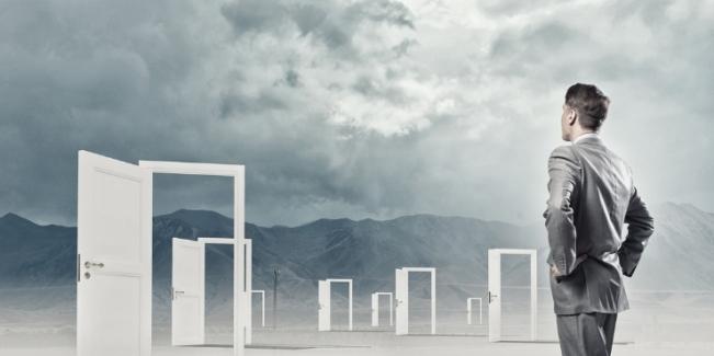 Homme d'affaires consultant les emplois : Conseils pour trouver un emploi
