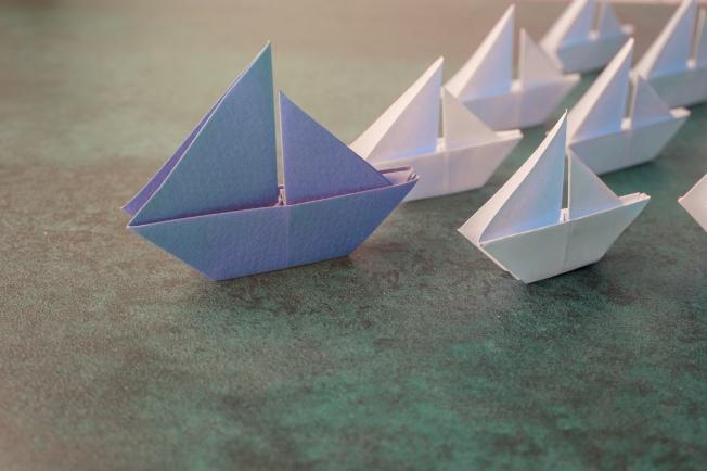 Voiliers en origami représentant le concept de leadership