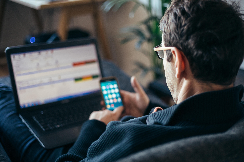 Comment faire un suivi après une entrevue : homme d'affaires travaillant de la maison