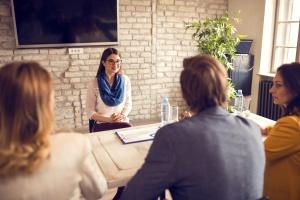 Jeune professionnelle en entrevue d'embauche : comment se préparer à l'entrevue