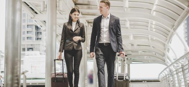 Homme et femme en voyage d'affaires : Comment trouver un emploi au Canada