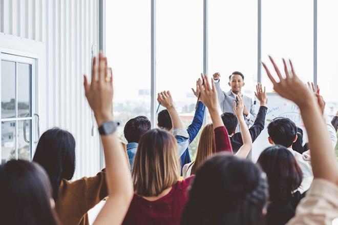 Jeux d'équipe sans matérielJeux d'équipe sans matériel: un groupe d'hommes d'affaires lève la main
