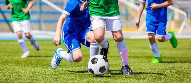 Activités de consolidation d'équipe : Jeunes joueurs de soccer courant après le ballon