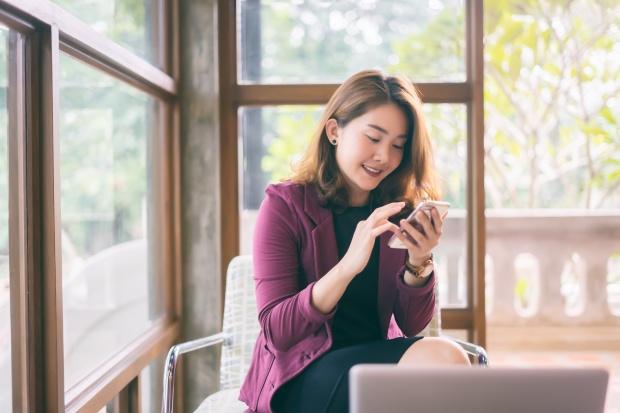 femme souriante sur téléphone portable
