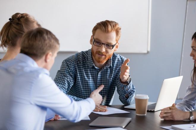 Résolution des conflits au travail : Conflit entre des hommes d'affaires sérieux pendant une réunion