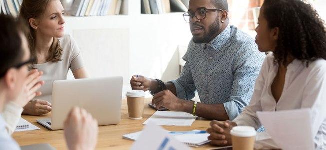 Gestion des conflits en milieu de travail: des collègues en désaccord lors d'une réunion d'entreprise
