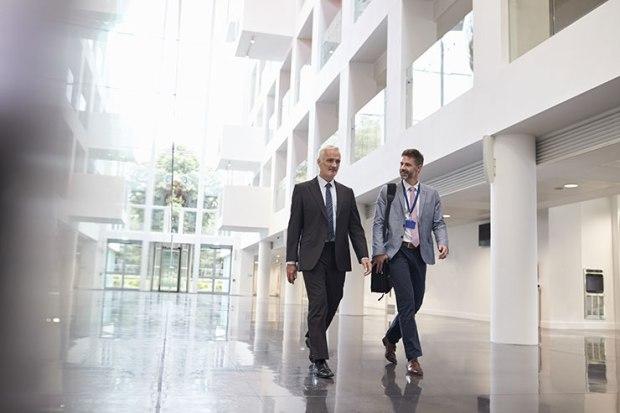 Comment quitter son emploi : hommes d'affaires en mouvement