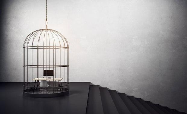 Identificateurs d'un milieu de travail toxique : cage d'oiseaux avec bureau et escalier