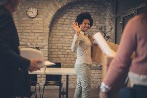 Quitter son emploi : jeune professionnelle quittant son emploi