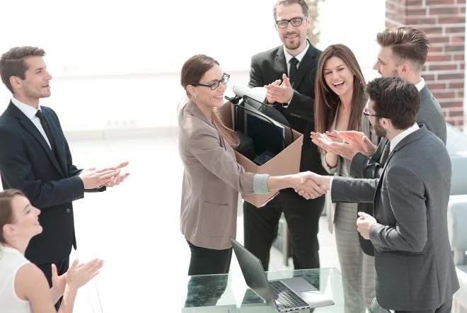 Un patron serre la main d'un nouvel employé : roulement du personnel