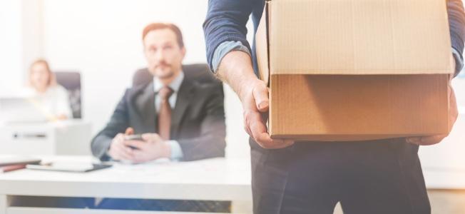 Stratégies pour réduire le taux de roulement des employés : Travailleur brillant qui quitte, déçu, une entreprise.