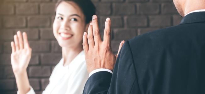 Entrevue de départ : femme faisant un signe de la main