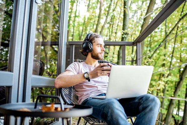 Travail flexible : homme qui travaille à l'extérieur