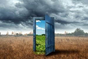 Changement de carrière : vieille porte en bois, couleur bleue, dans la boîte. Transition vers une nouvelle ambiance.