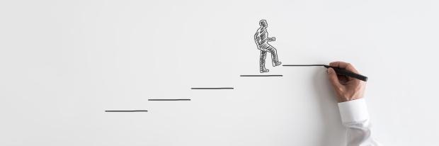 2. Erreurs concernant le changement de carrière : silhouette d'un homme d'affaires gravissant les échelons