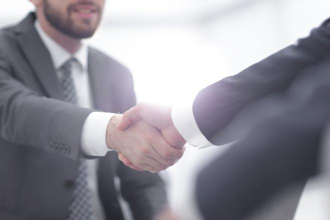 Meilleures pratiques pour entrevue de départ : deux collègues se serrant la main après une réunion