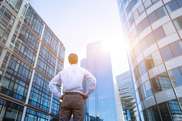 3. Changement de carrière : homme regardant des tours à bureaux