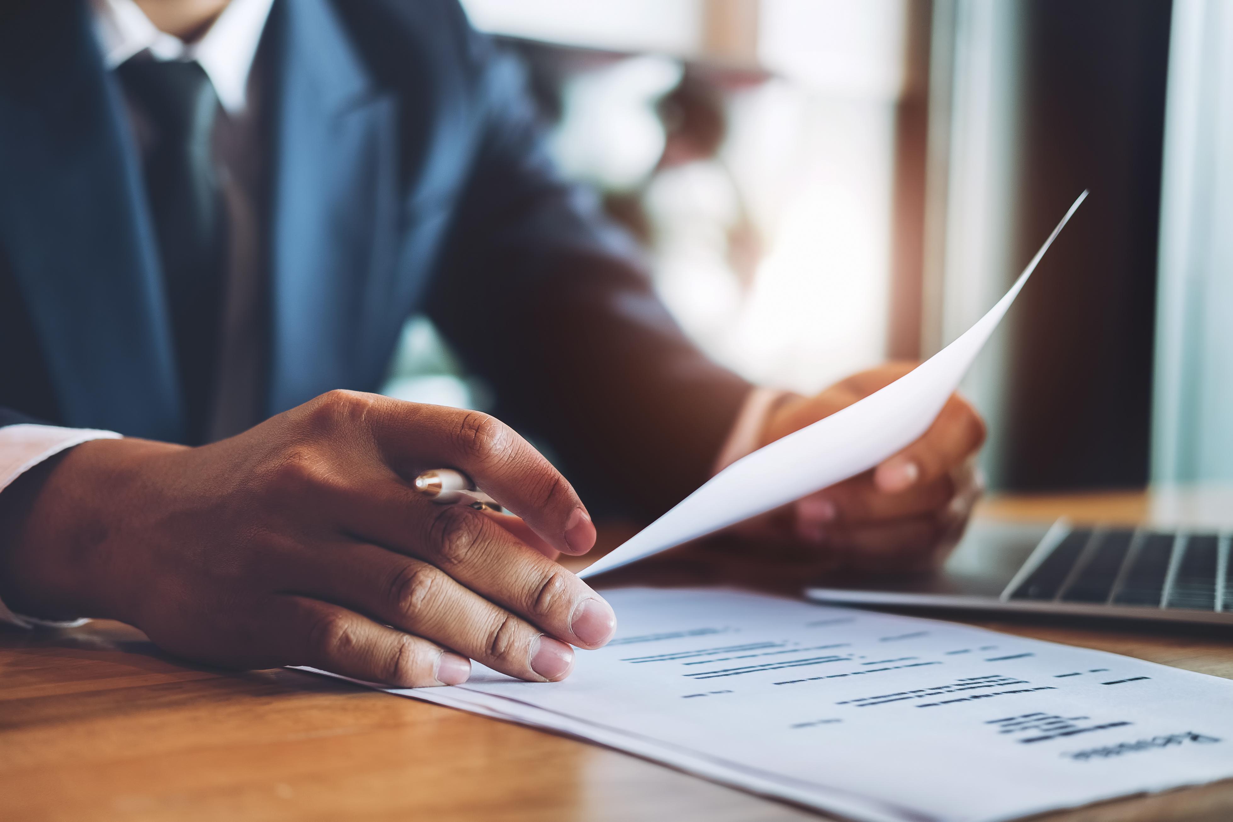 Questions d'entrevue de départ : homme d'affaires prenant des notes pendant une entrevue
