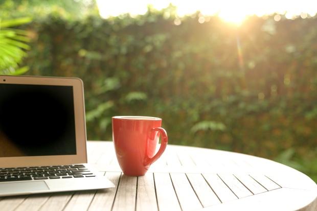 Accepter ou non un emploi contractuel : ordinateur portable et tasse rouge