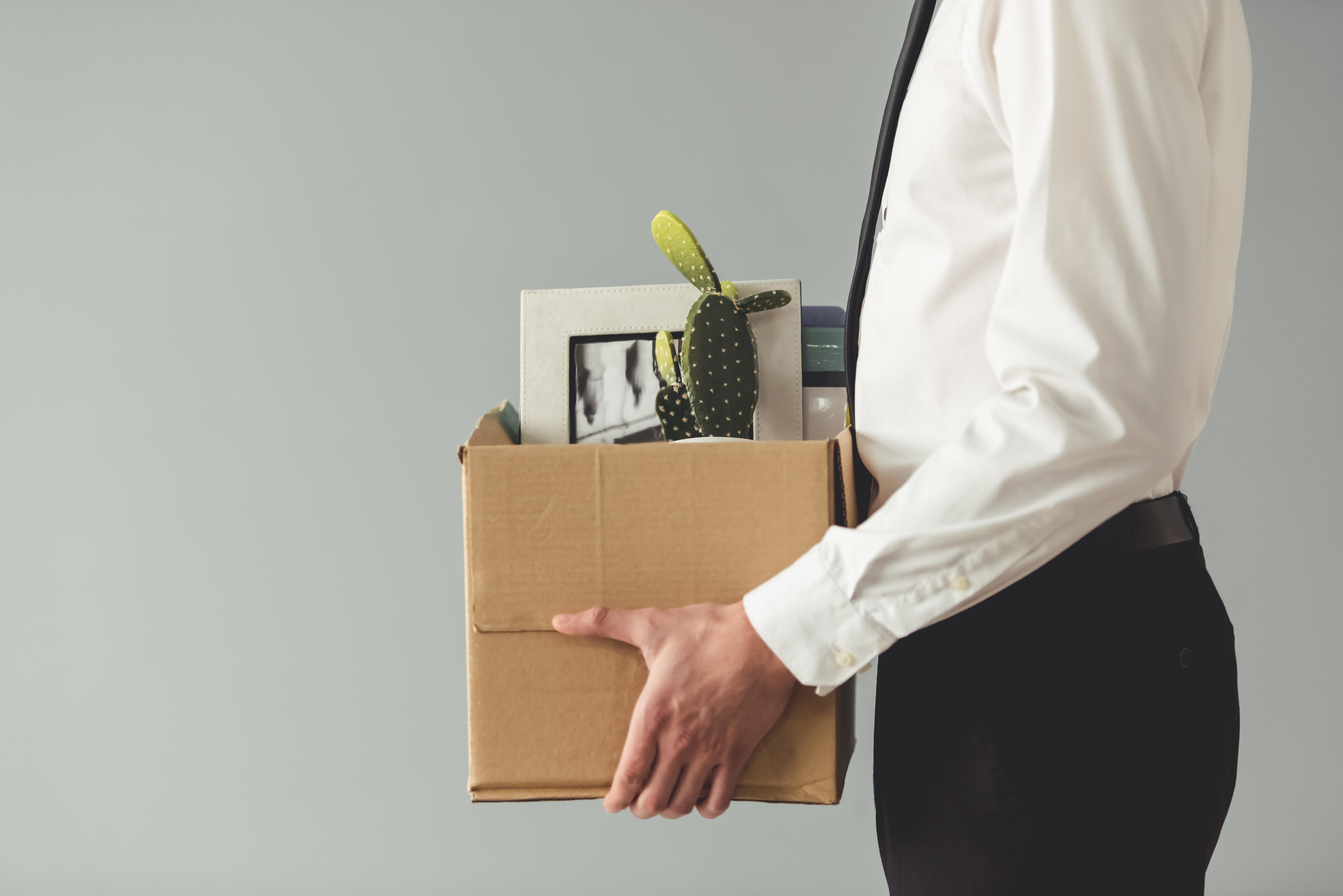 Contrats de six mois : homme d'affaires quittant le travail