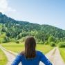 Comment choisir entre une offre d'emploi et son poste actuel : femme à la croisée des chemins