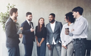 1. Travailler avec les milléniaux : des gens d'affaires discutent dans un bureau