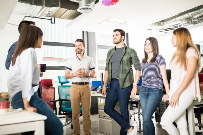 Comment évaluer une offre d'emploi : discussion de l'équipe de direction à la pause