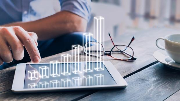 Hausse du taux de chômage : homme d'affaires analysant un graphique 3D au-dessus de l'écran d'une tablette