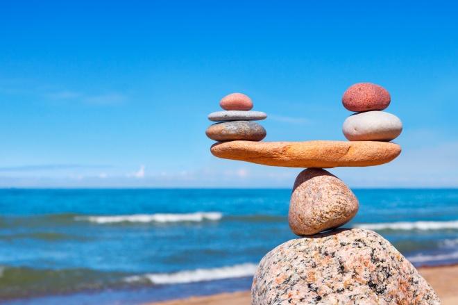 Conciliation travail-famille : pierres en équilibre face à la mer