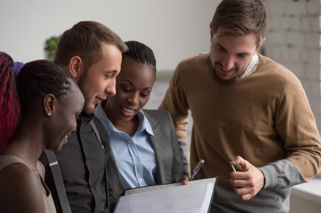 Employés milléniaux : des gens d'affaires en réunion
