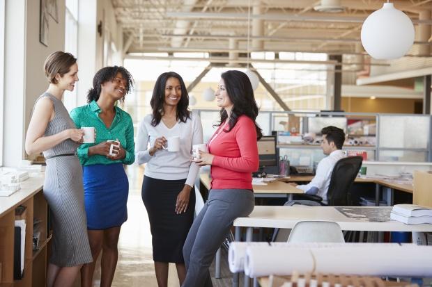 Gérer les milléniaux au travail : des collègues discutent autour d'un café au bureau